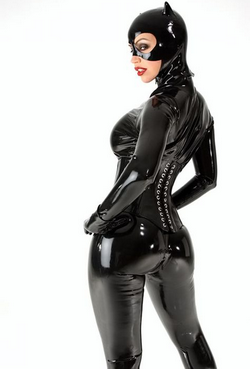 Femme en tenue latex de catwoman