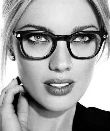 Jolie blonde à lunette se recoiffant