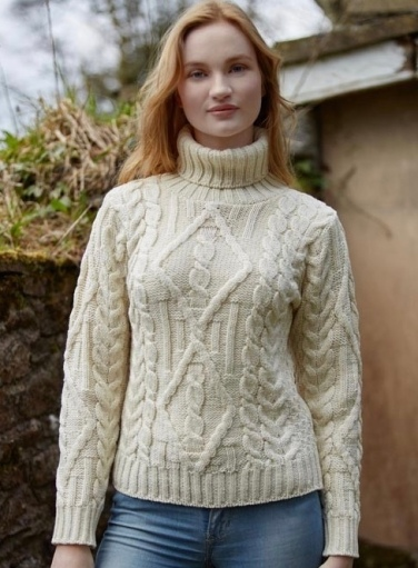 Jolie femme portant un pull en laine blanche