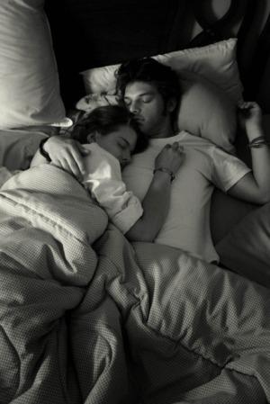 Femme allongée sur l'épaule de son homme, endormis dans une sieste sage