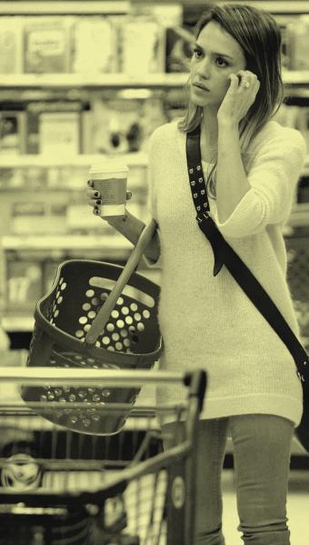 Une jolie femme faisant ses courses