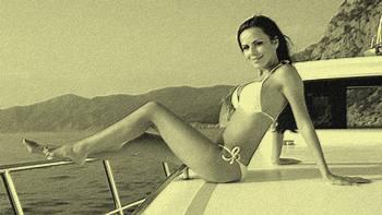 Femme bronzant sur un bateau