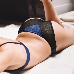 femme allongée en culotte