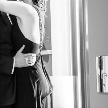 Couple se calinant dans l'ascenseur