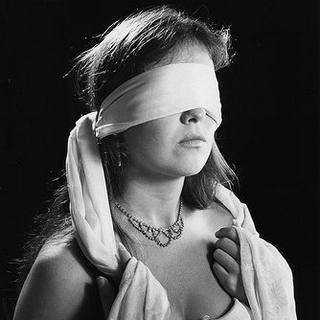 Femme les yeux bandés